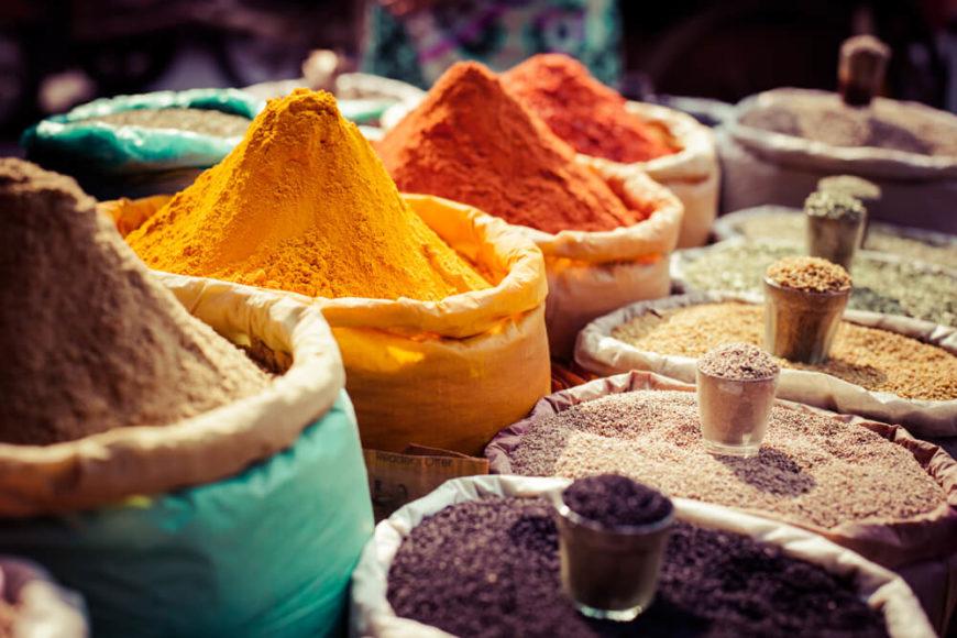 Indische Gewürzstände ähneln einer Explosion: in ihren Farben, aber auch in ihren intensiven Geschmäckern.