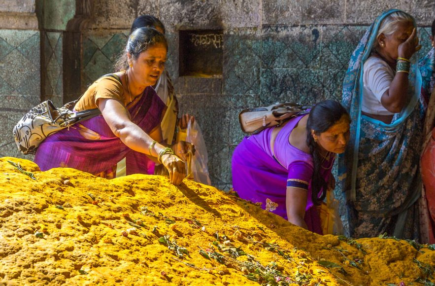 Das strahlend gelbe Kurkumapulver steht symbolisch für Gold oder Reichtum.