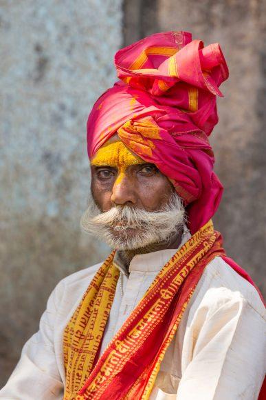 Wer bis in das Innerste des Tempels vordringt, bekommt das gelbe Gewürz auf die Stirn gedrückt.