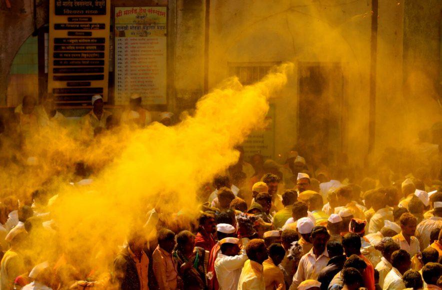 """Vor allem beim jährlichen Bhandara-Festival versinkt die Stadt im """"Goldpuder""""."""