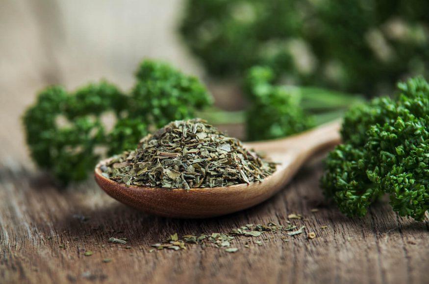 Die gerebelte, luft- oder gefriergetrocknete Petersilie ist der wortwörtliche  Evergreen unserer Küche.