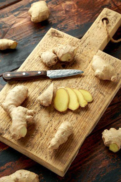 Aromatisch, zitronig im Duft und prickelnd scharf im Geschmack – so soll frisch aufgeschnittener Ingwer sein.