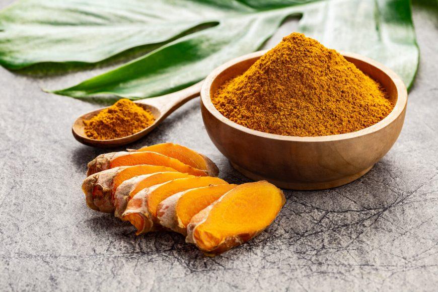 Kaum ein Gewürz erfährt aktuell so  viel Aufmerksamkeit wie Kurkuma.  Obschon es von Natur aus eine  prächtige Farbe besitzt, peppen  Lebensmittelfälscher mangelhafte Ware mit Sudanfarbstoffen auf.