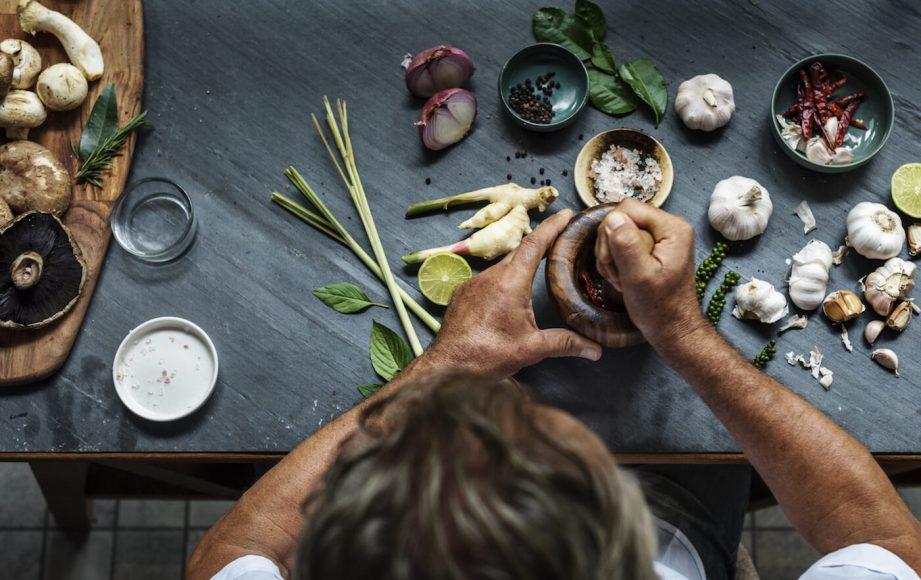 Was lässt sich aus Ingwer herstellen, wie lässt er sich neu kombinieren? Gewürzexpertin Dr. Manuela Mahn suchte den Kontakt zu Bamberger Lebensmittelhandwerkern. Ein ansässiger Craftbier-Brauer experimentierte beispielsweise mit den Ingwerblättern und entwickelte ein Ingwerbier.
