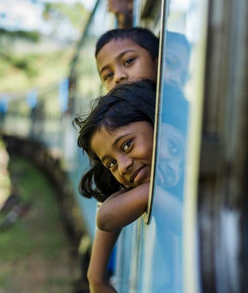 Jungen im Zug